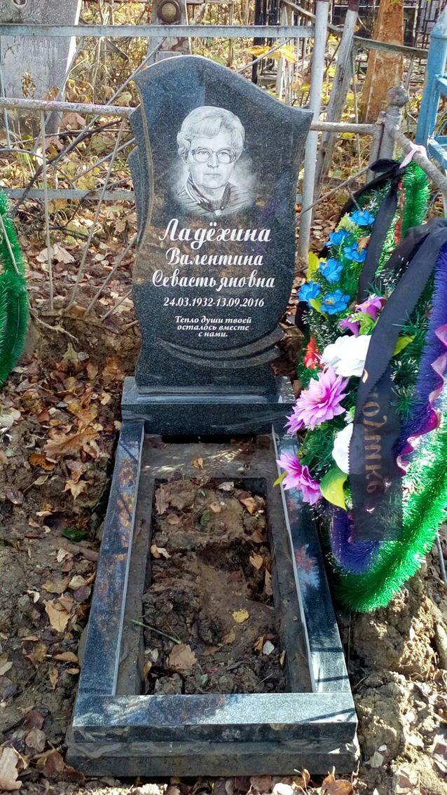 Памятник из цветного гранита ЗИЛ памятник на могилу Кашин
